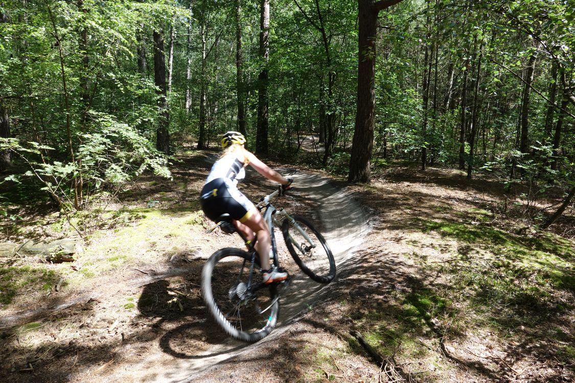 Mountainbikster door kombocht parcours schoorlse duinen